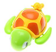 Маленькая Черепаха игрушки играли в воде