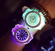 preiswerte -Damen Quartz Armbanduhr LED Nachts leuchtend leuchtend Silikon Band Glanz Freizeit Modisch Cool Schwarz Weiß