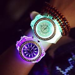 preiswerte Damenuhren-Damen Quartz Armbanduhr LED Nachts leuchtend leuchtend Silikon Band Glanz Freizeit Modisch Cool Schwarz Weiß